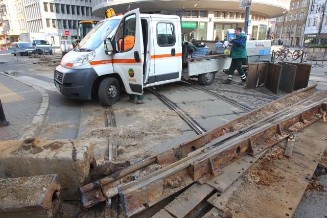 26 marca zakończy się pierwszy etap prac na węźle tramwajowym Okrąglak. Kolejny etap rozpocznie się dzień później. Swoje trasy zmieni osiem linii, kursowanie jednej zostanie zawieszone. Zmiany będą obowiązywać od 27 marca do 9 kwietnia.
