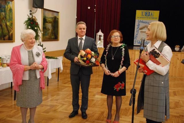 Spotkanie wigilijne Uniwersytetu Trzeciego Wieku w Pińczowie było połączone z 90. urodzinami słuchaczki Teresy Znojek (pierwsza od lewej). Wręczono jej kwiaty i złożono życzenia.