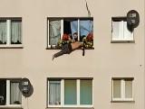 Zabarykadował się, a później zaczął uciekać z trzeciego piętra po linie. Brawurowa akcja służb. Mamy nagranie wideo (wideo, zdjęcia)