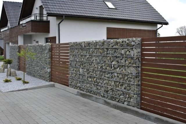 Gabiony to specjalnie wykonane kosze z wysokiej jakości stali, które wypełnia się kamieniami. Można z nich tworzyć ogrodzenia i inne elementy małej architektury.