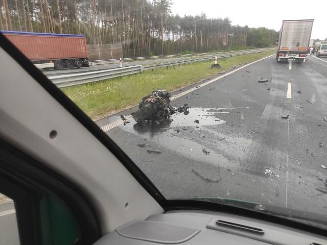 Wypadek na S3. Z BMW wypadł silnik