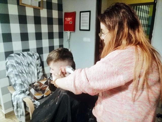 Chętne dzieci z domów dziecka w Sosnowcu obcięły włosy. Cena? Uśmiech.Zobacz kolejne zdjęcia. Przesuń zdjęcia w prawo - wciśnij strzałkę lub przycisk NASTĘPNE