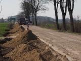 Trwa remont dróg w gminie Będzino. Przy okazji niszczona jest droga do Podamirowa [ZDJĘCIA]