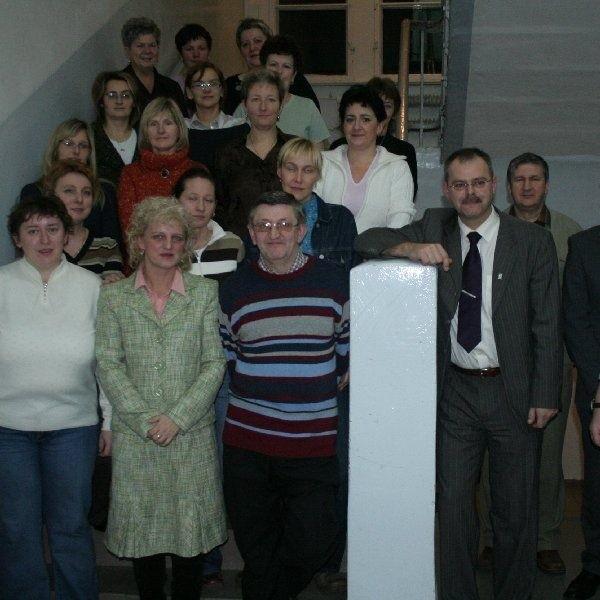 Uczestnicy spotkania w holu Gimnazjum nr 2  w Chełmnie