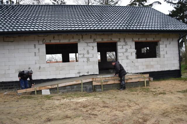 We wtorek na budowie brudnowskiej świetlicy zastaliśmy Jana Kotrycha i Mariusza Błażewskiego, pracowników gminy