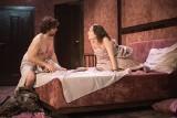 """Obiecanki macanki, a widzowi radość. """"Wieczór kawalerski"""" w Nowym Teatrze. Recenzja"""