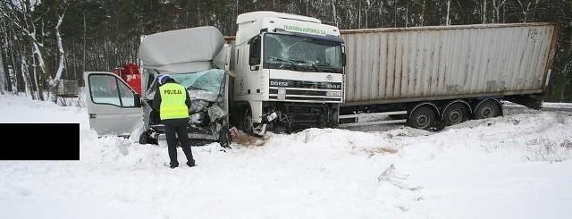 Nie wiadomo jeszcze, jak doszło do wypadku w Sartowicach. W zderzeniu ciężarówki i samochodu dostawczego zginęła tam jedna osoba.
