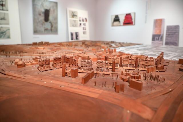 Na wystawie zobaczymy projekty odbudowy, plany urbanistyczne, modele budynków, a także dzieła sztuki podarowane przez polskich artystów do powstającego Muzeum Sztuki Współczesnej w Skopje
