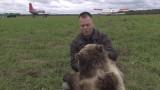 Rosja: Oswojony niedźwiadek bawi się z dziećmi na lotnisku w Twerze