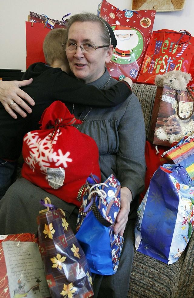 Siostra Krystyna gromadzi wszystkie paczki i rozda je dzieciom 18 grudnia podczas wspólnego spotkania wigilijnego
