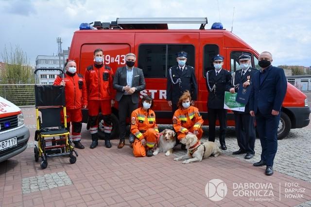 Strażacy ochotnicy z OSP Okradzionów i OSP Śródmieście odebrali wsparcie od miasta Zobacz kolejne zdjęcia/plansze. Przesuwaj zdjęcia w prawo - naciśnij strzałkę lub przycisk NASTĘPNE
