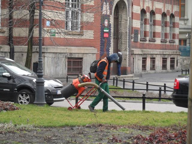 Sprzątanie skweru na placu Sikorskiego w Bytomiu idzie szybko, jeśli psie odchody zbierane są specjalnym odkurzaczem