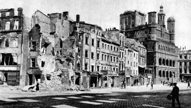 Kapitulacja III Rzeszy czyli formalny koniec II wojny światowej w Europie nastąpił 8 maja 1945 o godzinie 2.43 czasu środkowoeuropejskiego, czyli 9 maja o godzinie 00.43 czasu moskiewskiego. Dzień wcześniej podpisano wstępny protokół kapitulacyjny.Przejdź do kolejnego zdjęcia --->