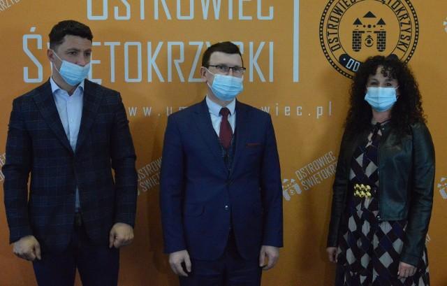 Od lewej stroją Mariusz Jurkiew, prezydent Ostrowca Jarosław Górczyński, Anna Jurkiew.