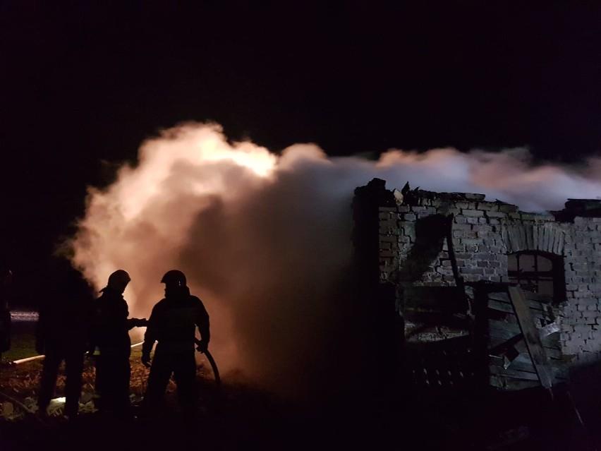 Pożar opuszczonego budynku w Białochowie pod Grudziądzem [zdjęcia]