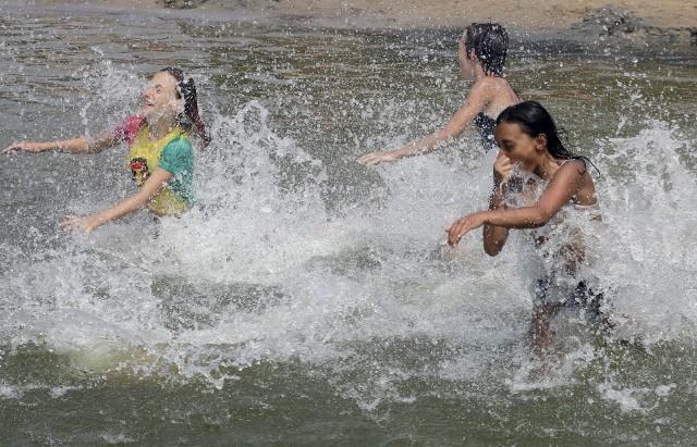 Na plaży miejskiej nad Rudnikiem w Grudziądzu każdego dnia jest wielu odpoczywających