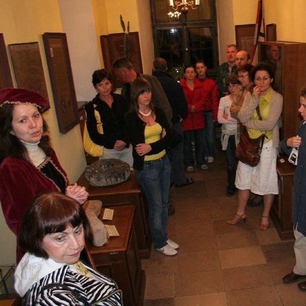 W jeden z sal Muzeum Chełmińskiej. Gości,  podczas nocnego spacerku, oprowadzała Anna  Grzeszna - Kozikowska - w stroju damy dworu.
