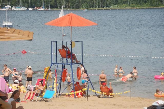 W tym sezonie na głównej plaży w Pieczyskach stanęła  wieża obserwacyjna dla ratowników.   A jest ich na kąpielisku kilku