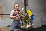 Ileż siły może mieć drobna dziewczyna? Słupszczanka, która zdobyła mistrzostwo Polski w trójboju siłowym, pokazuje że więcej niż facet