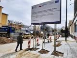 """""""Blokuje pół chodnika"""" – ocenia Czytelnik. """"To sytuacja tymczasowa"""" – przekonuje ratusz. Kto postawił wielką tablicę przy ul. Lipowej?"""