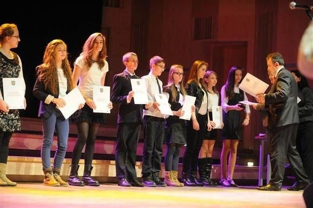 Stypendia w Filharmonii Opolskiej odebrało 209 uczniów.