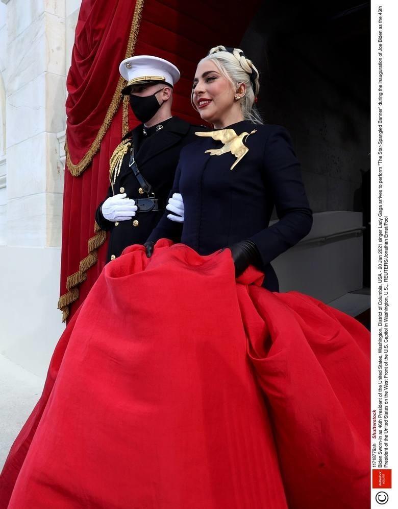W ubiorze Lady Gagi symboliczne znaczenie przypisywano...