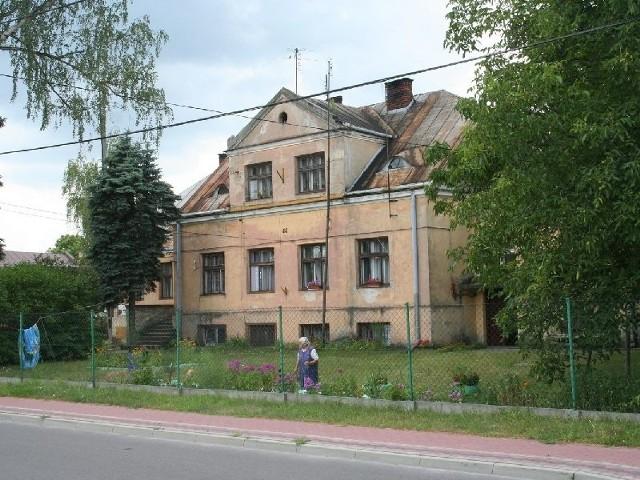 Obecnie budynek jest w opłakanym stanie. Mieszka w nim kilka rodzin.