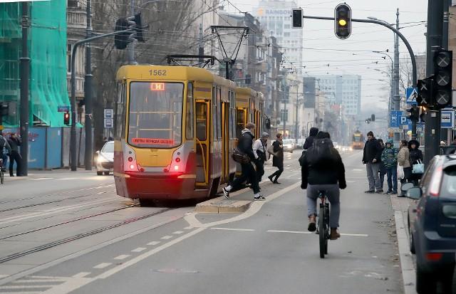 Na przystankach tramwajowych na Piotrkowskiej są śluzy. ZDiT podjął decyzję, aby zrezygnować z sygnalizacji świetlnej przed śluzami przystankowymi.