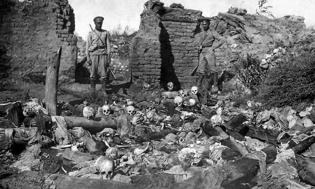 Rosyjscy żołnierze w ormiańskiej wiosce położonej niedaleko Muş, rok 1915. Fotografia jest częścią albumu liczącego 62 zdjęcia i opublikowanego w 1917 r.
