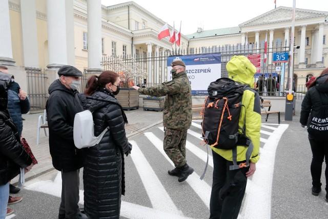 Mobilny punkt szczepień i kolejki w Warszawie