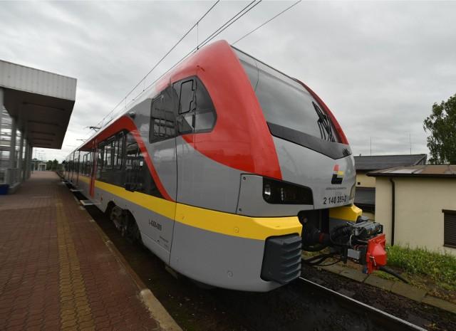 Koronawirus znacznie ograniczył kursowanie pociągów. W ostatnich miesiącach spadła także liczba pasażerów i to znacząco. Wzrosła natomiast liczba osób, które jeżdżą pociągami bez biletu.CZYTAJ DALEJ NA NASTĘPNYM SLAJDZIE