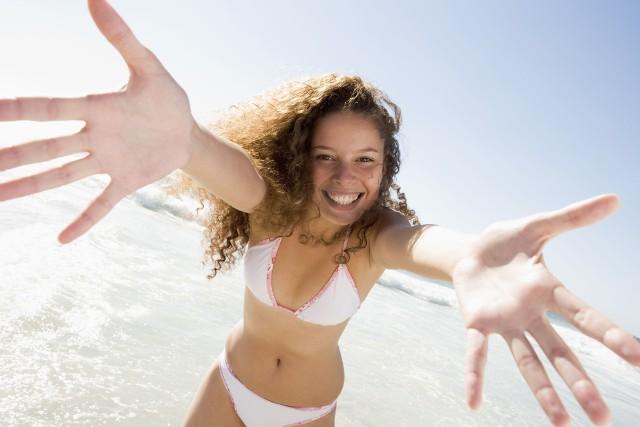 Odżywka do włosów bez spłukiwania przydaje się nie tylko na wakacjach, ale i w życiu codziennym. Jej właściwości pozwolą poskromić włosy kręcone jak i proste.