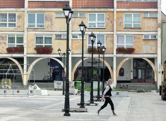 Nowo zamontowane latarnie na rewitalizowanym Rynku w Jaworze tylko imitują żeliwne. Są wykonane z plastiku