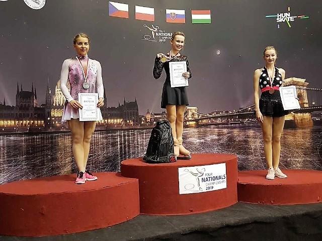 Podium mistrzostw Polski solistek w Budapeszcie. Mistrzostwo Polski zdobyła Rosjanka Ekaterina Kurakova. Z lewej Elżbieta Gabryszak (wicemistrzyni Polski) i Magdalena Zawadzka (z prawej), zdobywczyni brązowego medalu.