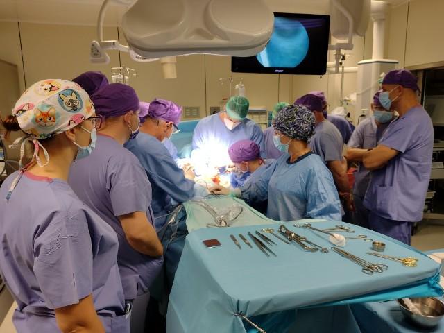 Oddział Chirurgii Onkologicznej w Wojewódzkim Szpitalu Specjalistycznym w Słupsku jest jednym z najlepszych w kraju. Już w tym roku wykonano tu kilkaset operacji amputacji i rekonstrukcji piersi pacjentkom onkologicznym, ale także pacjentkom z wysokiego ryzyka, które chcą uniknąć nowotworu. Wysoki poziom to m.in. efekt warsztatów dla chirurgów onkologów, które regularnie odbywają się w słupskim szpitalu. W tej chwili szkoli się tu 15 specjalistów z całego kraju pod okiem mentora chirurgii onkoplastycznej w Niemiec.