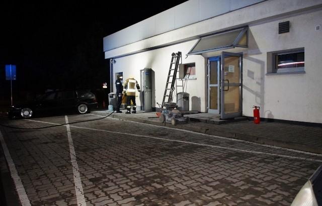 W poniedziałek w godzinach wieczornych na jednej ze słupskich stacji paliw, przy ul. Bałtyckiej, doszło do niegroźnego pożaru, który powstał w pomieszczeniu rozdzielni ciepłowniczej. Na szczęście pomieszczenie było na tyle małe, że pożar nie rozprzestrzenił się na pozostałe pomieszczenia stacji paliw. Dwie osoby z podejrzeniem zaczadzenia, trafiły do szpitala.