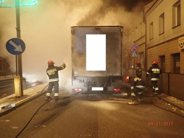 Pożar naczepy ciężarówki z drobiem. Część ptaków padła