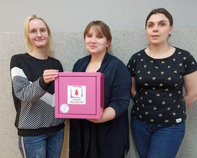 """Pracownicy Świetlicy Środowiskowej """"Uśmiech"""" w Więcborku prezentują Różową Skrzyneczkę. Od poniedziałku (15 marca) jej zawartość będzie dostępna dla każdej kobiety"""