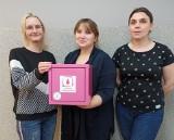 """Różowa Skrzyneczka pojawiła się Więcborku. Świetlica Środowiskowa """"Uśmiech"""" wspiera walkę z wykluczeniem menstruacyjnym"""
