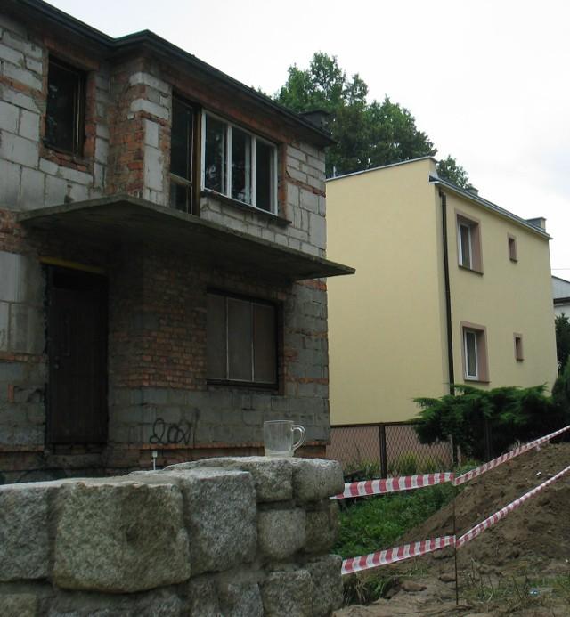 Przy ul. Budowlanych stoją ładne domki i jeden niedokończony, zrujnowany. Na murku został jeszcze kubek po kawie, którą pił bezdomny.