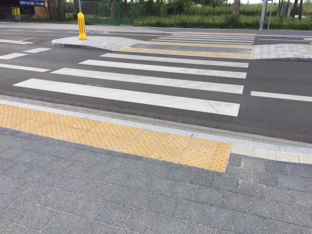 Żółta płytka przy przejściu dla pieszych w Białogardzie może uratować życie
