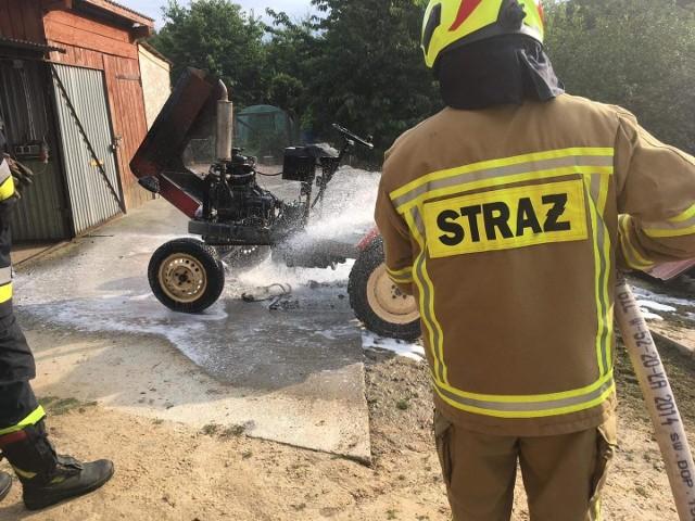 Płonący ciągnik ugasili dopiero przybyli na miejsce strażacy
