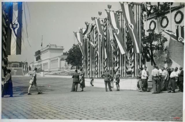 W 1938 roku na ulicach Wrocławia odbywało się wielkie Niemieckie Święto Sportu i Gimnastyki. W mieście z tej okazji pojawił się nawet Adolf Hitler, a wszystko to zostało uwiecznione na zdjęciach. Zobacz, jak wyglądało samo święto i przede wszystkim Wrocław w tamtym okresie.WAŻNE! Do kolejnych zdjęć można przejść za pomocą gestów lub strzałek