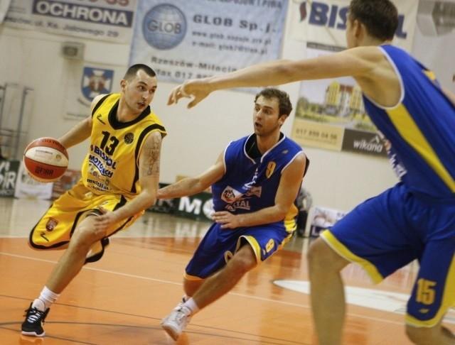 Sokoły uległy Zastalowi i zakończyły sezon. Nz.w akcji Rafał Glapiński, playmaker łańcuckiej ekipy.