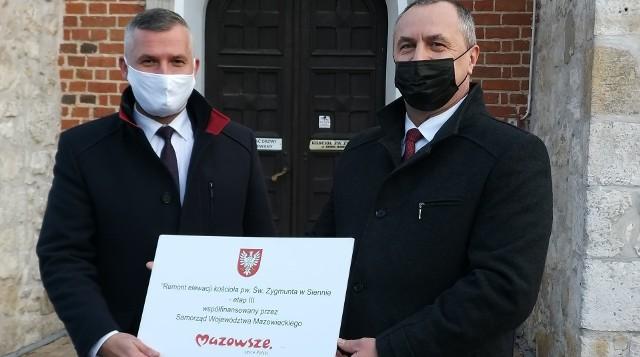 Od lewej: Rafał Rajkowski - wicemarszałek województwa mazowieckiego i Mariusz Strąk - wójt gminy Sienno przed kościołem parafialnym w Siennie.