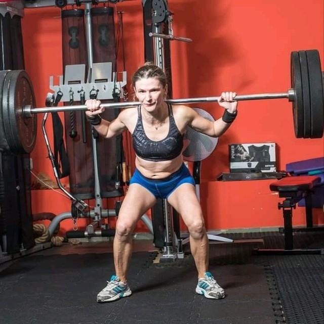 Na siłowni bywa kilka razy w tygodniu.