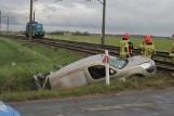 Samochód wjechał pod pociąg na niestrzeżonym przejeździe kolejowym. Kierowca sam opuścił pojazd [ZDJĘCIA]