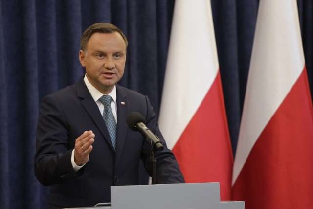 Andrzej Duda ogłasza decyzję o wecie dla dwóch ustaw - o KRS i Sądzie Najwyższym.
