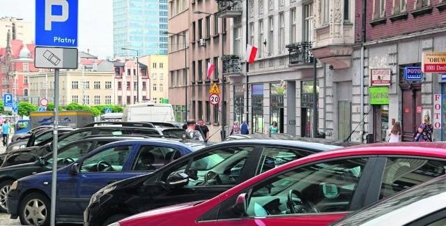 15 powodów, dla których życie w Katowicach nie jest przyjemneKorki - mówiliśmy już o zatłoczonych parkingach, to teraz przyszła kolej na poranne korki. O tym można się przekonać prawie każdego dnia roboczego, gdy próbuje się na 8.00 dojechać do Katowic. Ul. Pszczyńska, czy Aleja Roździeńskiego to codzienna walka na drodze. Dodajmy do tego przykładowo wyjazd z Galerii katowickiej czy z Silesia City Center w okresie przed świętami Bożego Narodzenia. Oj wtedy się dzieje. Oczywiście nie jest tak źle i czasem wystarczy doliczyć tylko kilka czy kilkanaście minut dodatkowo, by gdzieś dojechać. Ale korek to korek, nawet jak nie jest taki duży. Zobacz kolejne zdjęcia. Przesuwaj zdjęcia w prawo - naciśnij strzałkę lub przycisk NASTĘPNE i poznaj 15 aspektów, które zniechęcają do życia w Katowicach.