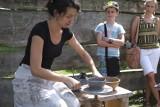 Jak ulepić z gliny garnek? Muzeum Pierwszych Piastów prezentuje sztukę garncarstwa. Zobacz zdjęcia!